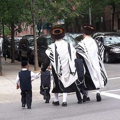 judios ortodoxos caminando en las calles de williamsburg